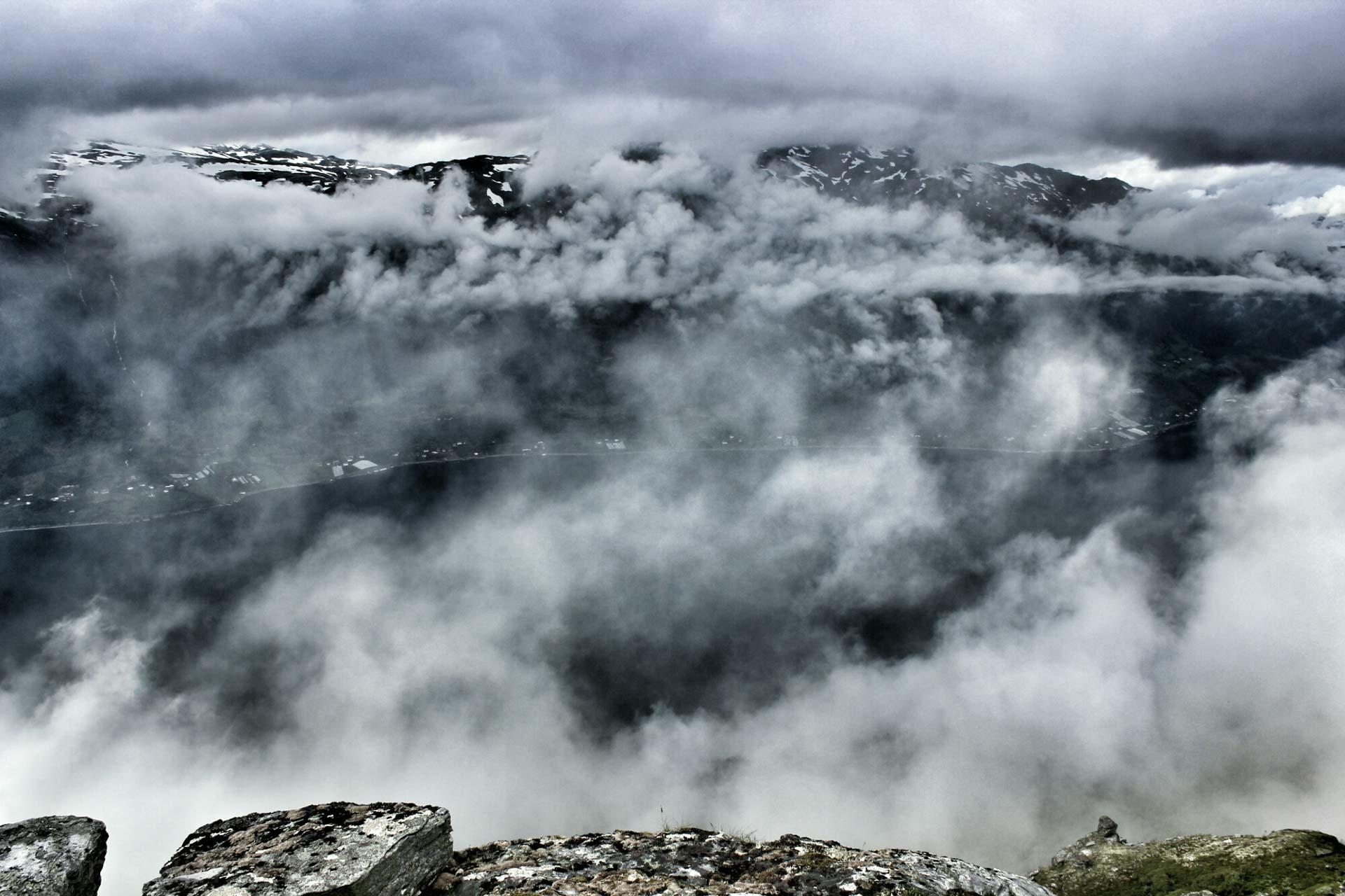 På veg langs fjellryggen fekk me nokre glimt av Sørfjorden og Grimo i det fjerne.